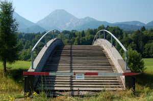 800px-Cross-country_skiing_bridge,_Mittagskogel